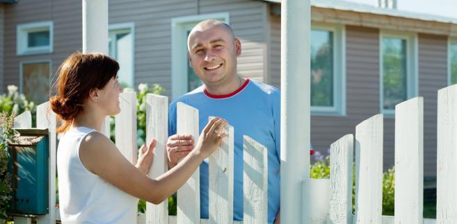 Właściciel sąsiedniej działki może domagać się zaprzestania pewnych działań, ale tylko wtedy gdy są one niedozwolone i przekraczają tzw. przeciętną miarę.