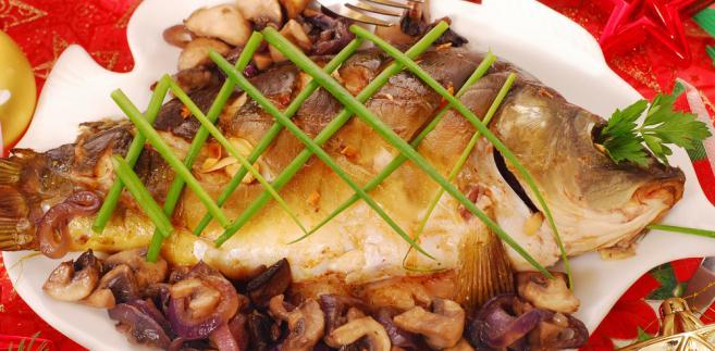 """Karp - Zdecydowanie najważniejszą potrawą na wigilijnym stole jest ryba. Przypisuje jej się znaczenie religijne, symbolizuje bowiem Chrystusa i odradzanie się życia. Tego wieczoru najczęściej jemy karpia, który jest typowo """"wigilijną"""" rybą."""