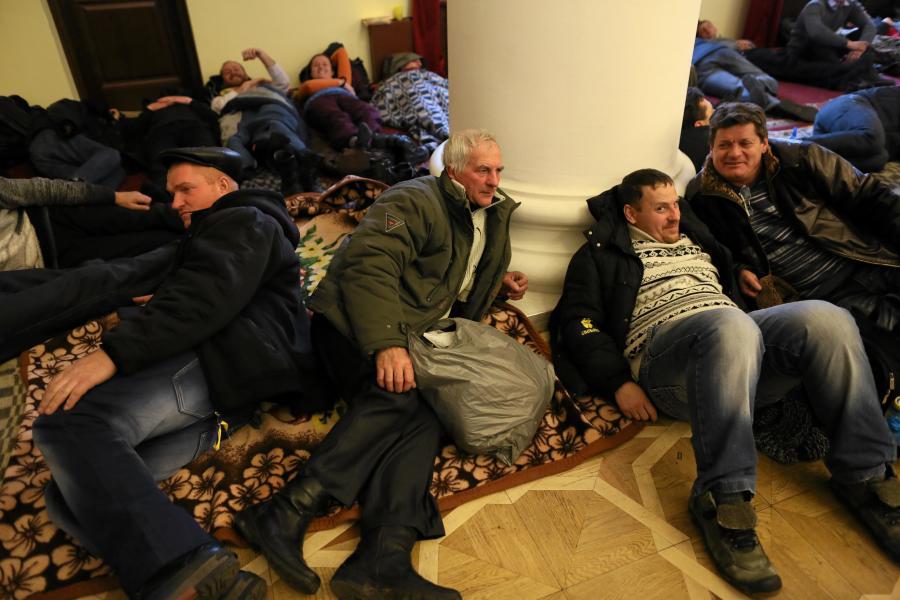 Budynek administracji w Kijowie przejety przez opozycje. Demonstranci moga chwile odpoczac
