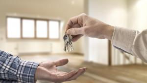 Najem okazjonalny to jedna z form legalnego wynajmowania mieszkań, która faktycznie daje właścicielowi lokalu największą ochronę jego własności.