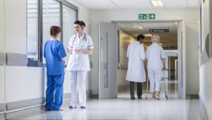 Wykonywanie zawodu lekarza polega na udzielaniu świadczeń zdrowotnych.