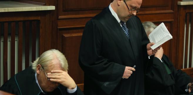 Warszawski sąd zebrał się na posiedzeniu by zdecydować, czy umorzyć proces pięciu osób oskarżonych w trybie prywatnym przez rodziny ofiar katastrofy smoleńskiej.