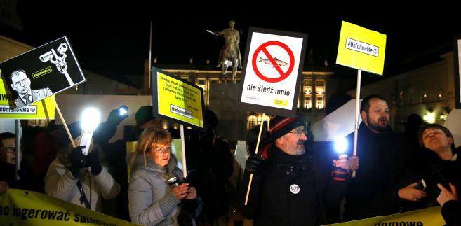 """Protest przeciwko inwigilacji pod hasłem """"Władzo, wyloguj się z mojego prywatnego życia!"""" przed Pałacem Prezydenckim."""