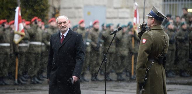 Antoni Macierewicz podczas apelu pamięci na dziedzińcu Muzeum Wojska Polskiego w Warszawie