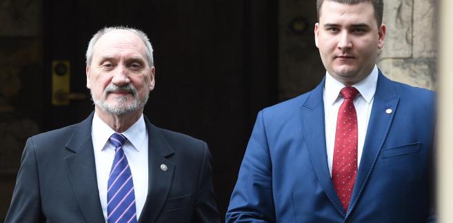 Minister obrony narodowej Antoni Macierewicz i rzecznik MON Bartłomiej Misiewicz