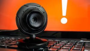 Dyrektor FBI kilka miesięcy temu przyznał, że zakleja taśmą kamerkę internetową w swoim prywatnym laptopie. Podobnie robi m.in. Mark Zuckerberg. Dlaczego? Hakerzy mogą wykorzystywać trojany dające zdalny dostęp (RAT), aby przejąć kontrolę nad komputerem, nagrywać rozmowy, a nawet włączyć kamerę internetową.[Blackshades RAT] umożliwia przestępcom kradzież haseł bankowych i danych uwierzytelniających; włamanie się do kont społecznościowych, dostęp do dokumentów, zdjęć i innych plików komputerowych; rejestrację wszystkich naciśnięć klawiszy; aktywację kamer; przejęcie komputera dla okupu; wykorzystanie komputera do przeprowadzania ataków typu DDoS.