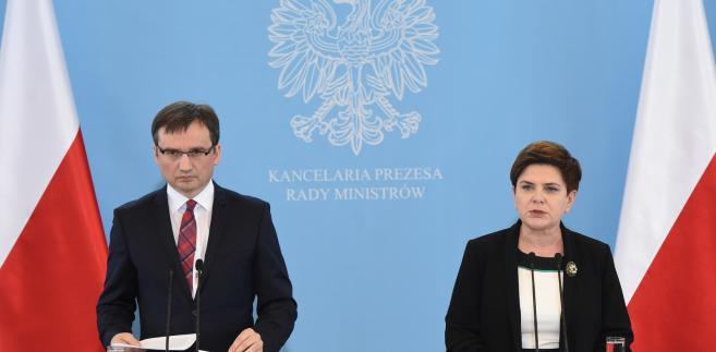 Minister spraweidliwości, prokurator generalny Zbigniew Ziobro i premier Beata Szydło podczas konferencji prasowej dot. m.in. nowelizacji ustawy o komornikach.