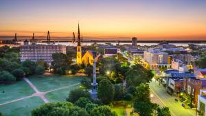 """1. Charleston, Karolina PołudniowaDlaczego wygrywa Charleston? Turystom spodobała się jego wielkość. To bowiem średnie miasteczko liczące niecałe 120 tys. mieszkańców. Wskazywali, że praktycznie w każde interesujące ich miejsce mogą dotrzeć na piechotę. Czytelnicy uznali, że miasto to jest """"stworzone dla odwiedzających"""": bezpieczne, przyjazne, a jego mieszkańcy są nadzwyczaj gościnni."""