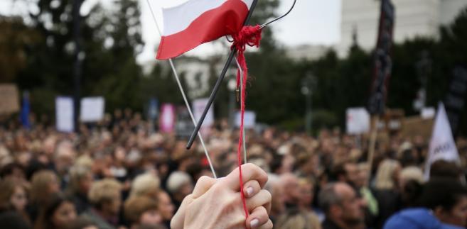"""Manifestacja zorganizowana przez inicjatywę """"Ratujmy kobiety"""" przed Sejmem."""