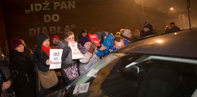 Krakowianie blokuja wjazd kolumny rzadowej na Wawel