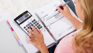 Resort finansów do ukrócenia praktyk polegających na wystawianiu pustych faktur na podstawie paragonów nieodebranych przez klientów chce wykorzystać zaopiniowany właśnie projekt nowelizacji ustawy o VAT i prawa o miarach.
