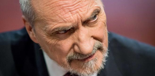 """B. minister obrony Tomasz Siemoniak (PO) przekonywał, że Macierewicz, jako szef MON, to """"afery, skandale i złe zdarzenia"""". """"Macierewicz musi odejść"""" - oświadczył. Jego zdaniem, działania Macierewicza obniżają bezpieczeństwo Polski."""