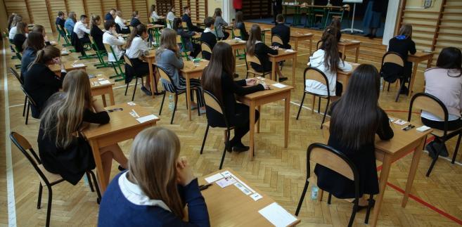 W środę uczniowie pisali egzamin z wiedzy humanistycznej; w piątek będą mieli egzamin z języka obcego.