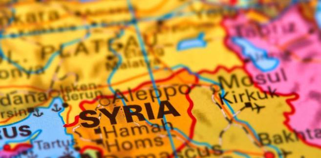 Syryjski MSZ wypowiedział się na ten temat w piątek, dzień po deklaracji władz saudyjskich w sprawie wsparcia finansowego stabilizacji Północnej Syrii pozostającej pod kontrolą Syryjskich Sił Demokratycznych(SDF). Informację tę media regionalne podały dopiero w niedzielę.