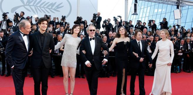 Reakcje na dzieło francuskiego twórcy, z udziałem m.in. Mathieu Amalrica, Charlotte Gainsbourg i Marion Cotillard, na razie nie są przesadnie entuzjastyczne, choć krytycy chwalą niektóre kreacje aktorskie - zauważa agencja AP
