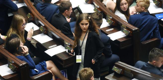 Posiedzenia Sejmu Dzieci i Młodzieży - wzorowane na procedurach obowiązujących w prawdziwym parlamencie - są organizowane w budynku Sejmu od 1994 r.