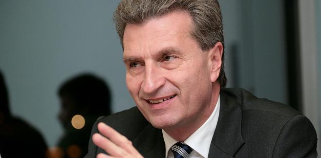 Günther Oettinger, niemiecki polityk związany z Unią Chrześcijańsko-Demokratyczną (CDU). Z wykształcenia jest prawnikiem, był wykładowcą akademickim, a następnie pracował w kancelarii adwokackiej. W 1984 r. został posłem w landtagu Badenii-Wirtembergii, a od 2005 premierem tego landu. W 2010 r. przeniósł się do Brukseli jako niemiecki kandydat na fotel komisarza UE do spraw energii, w którym zasiadał do 2014 r. W Komisji Europejskiej nowej kadencji objął stanowisko komisarza odpowiedzialnego za gospodarkę cyfrową i społeczeństwo. W styczniu tego roku dostał tekę komisarza ds. budżetu i zasobów ludzkich w miejsce Kristaliny Georgiewej, która zamieniła pracę w unijnych instytucjach na stołek dyrektora generalnego Banku Światowego.