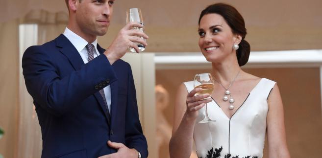 Księżna Catherine i książę William podczas przyjęcia wydanego przez ambasadę brytyjską, z okazji urodzin królowej Elżbiety II