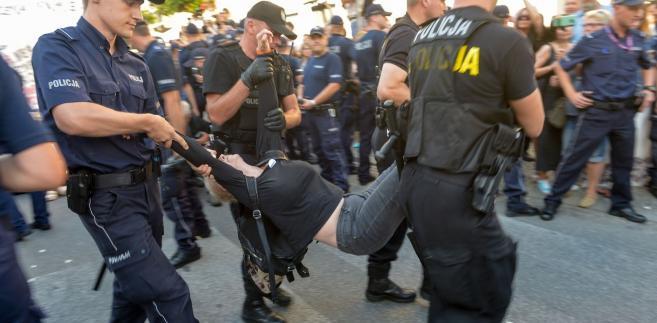 """W poniedziałek """"Gazeta Wyborcza"""" napisała, że podczas protestów związanych z reformą sądownictwa, członkowie stowarzyszenia Obywatele RP, KOD i posłowie opozycji byli inwigilowani z wykorzystaniem """"specjalnej komórki wywiadowczej policji, samochodów obserwacyjnych i podsłuchów pięciodniowych, na które nie musi się zgadzać sąd""""."""