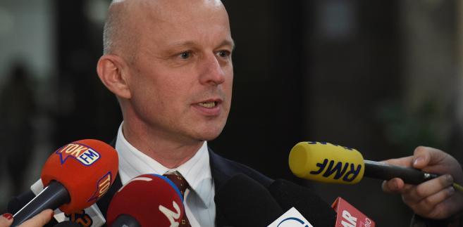 Odwołany ze stanowiska ministra finansów Paweł Szałamacha podczas konferencji prasowej w siedzibie MF