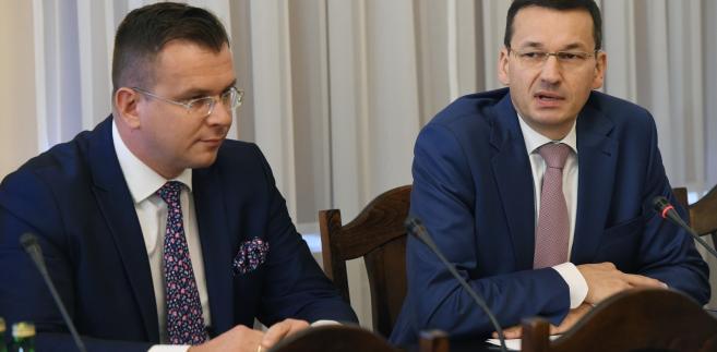 Wicepremier, minister rozwoju i finansów Mateusz Morawiecki oraz wiceminister resortu Adam Hamryszczak podczas posiedzenia sejmowej komisji gospodarki i rozwoju.
