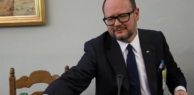 Adamowicz mówił też śledczym, że sprawami finansowymi, ze względu na nadmiar jego obowiązków zawodowych, zajmuje się żona.