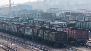 Zdaniem branży odczuwalny jest deficyt od 1 do 2 tys. wagonów. To oznacza, że nie udaje się przetransportować 55–110 tys. ton węgla na dobę