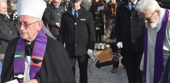 """Biskup Pieronek i ksiądz Boniecki na pogrzebie """"Szarego człowieka"""""""