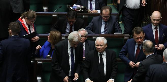 Jedynym z nielicznych szefów, którzy zrobili pogłębione porządki w administracji, był, były już szef MON, Antoni Macierewicz. Wymienił prawie wszystkich dyrektorów i zastępców.