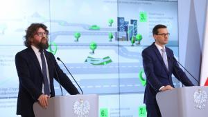 Premier Polski Mateusz Morawiecki i podsekretarz stanu w Ministerstwie Przedsiębiorczości i Technologii Piotr Woźny