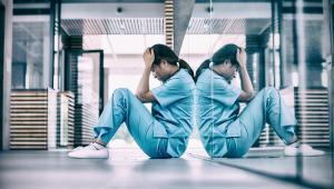 Idziesz do pracy i dostajesz ciągle po głowie: od pacjentów, oddziałowej, ordynatora. Nie ma dyżuru, żeby ktoś mi nie naubliżał. Dużo rzadziej obrywają lekarze i pielęgniarze. Facetów się nie rusza.