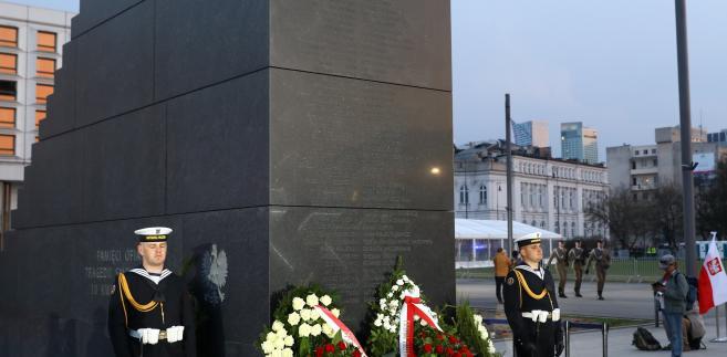 Pomniki ofiar katastrofy smoleńskiej i Lecha Kaczyńskiego połączy granitowy chodnik