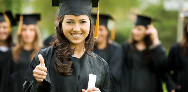 Prawo do świadczeń opieki zdrowotnej dla osób, które ukończyły szkołę wyższą, ustawowo wygasa po czterech miesiącach od ukończenia studiów