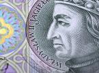 <strong>Złoty - PLN</strong><br /><br />  <strong>Marcin Kiepas z Admiral Markets</strong>W 2014 roku złoty będzie pozostawała pod głównym wpływem rynków globalnych, w tym przede wszystkim kształtowania się notowań na głównych parach. Drugoplanową rolę będzie odgrywać poprawiająca się sytuacja gospodarcza Polski oraz oczekiwane przez nas na przełomie III i IV kwartału 2014 roku pierwsze podwyżki stóp procentowych przez RPP. Będą to czynniki stabilizujące notowania złotego i przeciwdziałające jego silnym wahaniom.<br /><br />   <strong>Bartosz Sawicki z TMS Brokers</strong> Złoty był najmocniejszą z walut regionu w 2013 roku i oczekujemy, że ta tendencja zostanie podtrzymana. Kurs do euro pozostanie względnie stabilny, a polska waluta zacznie się umacniać wraz ze zbliżaniem się podwyżek stóp procentowych. Spodziewamy się, że dynamika PKB wzrośnie 2,8 proc. i poprawi się kondycja rynku pracy - stopa bezrobocia osunie się do 13,2 proc. Ożywienie skutkować będzie stopniowym nasilaniem się presji inflacyjnej, co pozwoli RPP na dwukrotne podniesienie kosztu pieniądza w IV kwartale.<br /><br />   Czynniki lokalne będą więc co do zasady sprzyjać złotemu. Pierwsze miesiące mogą jednak przynieść umiarkowane osłabienie złotego - zmienność w notowaniach EUR/PLN jest obecnie najniższa w historii, taki stan rzeczy jest niemożliwy do utrzymania w dłuższym terminie.<br /><br />  Kryzys zadłużeniowy jako motor notowań na rynku walutowym odszedł już do lamusa. Rok 2013 można nazwać rokiem normalizacji - zmienność powróciła do poziomów przedkryzysowych, na giełdy strefy euro powrócił kapitał, wyparowały napięcia na rynku długu.<br /><br />  Rolę kluczowego czynnika determinującego przebieg notowań zajmie naszym zdaniem polityka monetarna banków centralnych. Będzie ona sprzyjała umocnieniu dolara amerykańskiego, a najsilniej zaciąży dolarowi australijskiemu, jenowi oraz euro. <br /><br />    <strong>Konrad Ryczko z DM BOŚ</strong> Początek nowego roku może okazać się nerwowy na rynku z