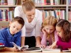 """<strong> Jak oceniać uczniów?</strong> <br><br> Nowelizacja ustawy o systemie oświaty wprowadziła znaczne zmiany w sposobie oceniania uczniów.  Obowiązują one już od tego roku stanowiąc kanon praktyk, do których nauczyciele muszą się przystosować. W myśl obowiązujących od września przepisów religia wliczana będzie do średniej ocen, oceny będą miały formę opisową a problem zwolnień z wychowania fizycznego przestanie być bagatelizowany.    <br><br> <a title="""" Zmiany w sposobie oceniania uczniów >>"""" href=""""http://serwisy.gazetaprawna.pl/edukacja/artykuly/889147,rok-szkolny-2015-2016-zmiany-w-sposobie-oceniania-uczniow.html""""><font color=""""#FFFFFF""""> Zmiany w sposobie oceniania uczniów >></font></a>"""