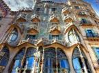6. miejsce: Casa Batlló – budynek znajdujący się przy Passeig de Gràcia 43 w Barcelonie, przebudowany w latach 1904–1906 przez Antoniego Gaudíego. Budynek jest bogato zdobiony, a na jego fasadę składają się liczne elementy nawiązujące do motywów zwierzęcych, takich jak: kości (forma balkonów), łusek (dach), rybie łuski (płytki pokrywające ściany). Ponadto łuskowany dach przypomina smoka, co nawiązuje być może do legendy o św. Jerzym i smoku, stanowiącej element narodowej tożsamości Katalończyków
