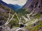 """2. miejsce: Droga Trolli  – droga położona na południe od Åndalsnes w gminie Rauma w Norwegii. Średnie nachylenie drogi wynosi 9%. Składa się z 11 serpentyn, w większości zakręcających pod kątem 180°, dlatego nie mogą się po niej poruszać pojazdy dłuższe niż 12,4m. Stanowi jedną z największych atrakcji turystycznych Norwegii. Otwarta zazwyczaj od połowy maja do października. Przy Trollstigen znajduje się jedyny w Norwegii (prawdopodobnie jedyny na świecie) znak drogowy """"Uwaga Trolle""""."""