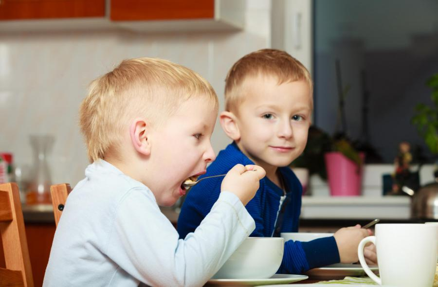 Dzieci podczas posiłku