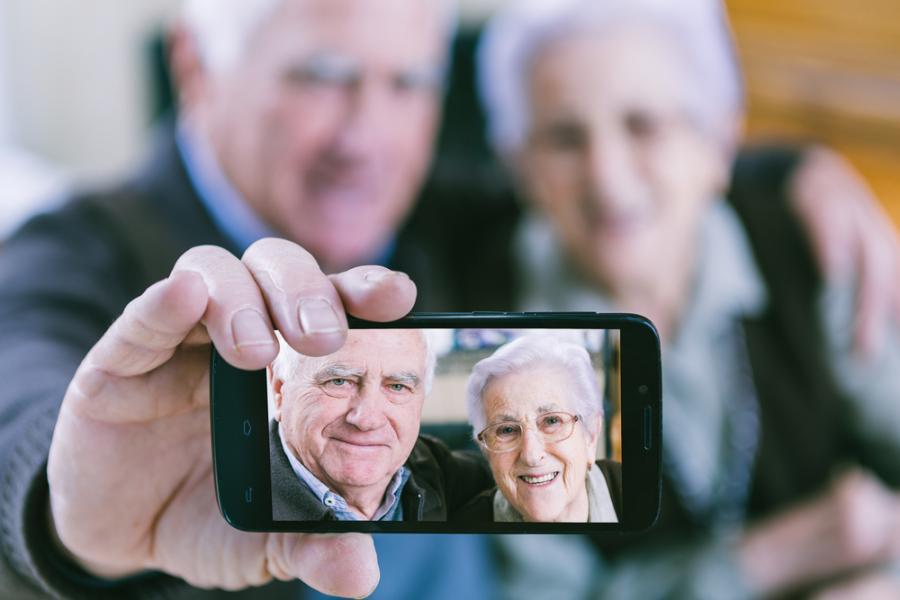 seniorzy, telefon, emeryt