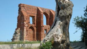 Wiele historii, a raczej legend, narosło także wokół ruin XV-wiecznego, gotyckiego kościoła w Trzęsaczu (jednej z miejscowości gminy Rewal)