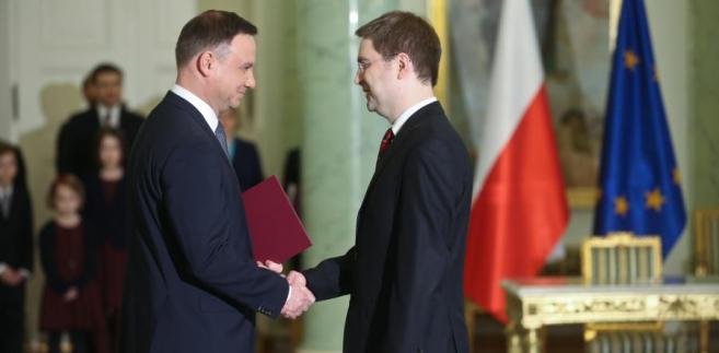Prezydent wręcza akt powołania Kamilowi Zubelewiczowi.