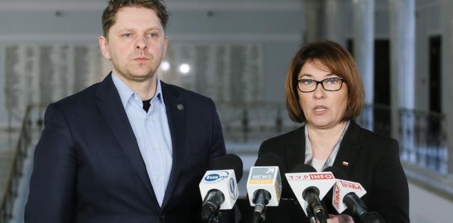 Posłowie PiS Beata Mazurek (P) i Marek Opioła (L)