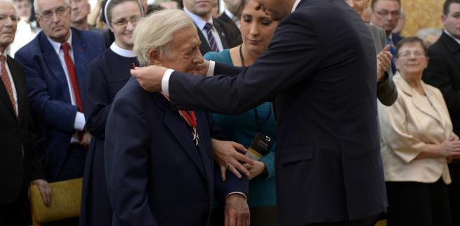 Andrzej Duda podczas odbywającej się na zamku w Łańcucie ceremonii wręczenia odznaczeń państwowych Polakom ratującym Żydów