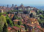 <strong>Bergamo i Mediolan (Włochy)</strong> <br></br> Bilet lotniczy: lot tam i z powrotem do Bergamo we wrześniu 2019 kosztuje dla dorosłej osoby około 180-280 zł (bluesky.pl). Wyloty z Katowic, Krakowa i Warszawy. <br></br> Bergamo to miasto w Lombardii położone u południowych podnóży Alp Bergamskich. Historyczna część miasta położona na wzgórzu (Città Alta) jest chętnie odwiedzana przez turystów. Można tam wyjechać kolejką (Funicolare di Bergamo Alta). Najważniejsze zabytki górnej części miasta do Piazza Vecchia, przy którym znajduje się wybudowany w XII w. Palazzo della Ragione, bazylika Santa Maria Maggiore (XII - XIV w.), wieża miejska z XI w. i zabytkowe mury obronne. Można stąd łatwo dostać się także do Mediolanu.