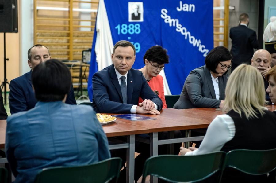 Prezydent Andrzej Duda oraz lubelska kurator oświaty Teresa Misiuk podczas spotkania w Łęczycy.
