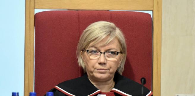W postanowieniu z 8 lutego sędziowie stołecznego sądu apelacyjnego – Ewa Kaniok, Beata Kozłowska i Robert Obrębski – po pierwsze pytają Sąd Najwyższy, czy sąd powszechny może oceniać, czy sędzia Przyłębska jest prezesem TK, a także, czy właściwi sędziowie brali udział w zgromadzeniu, które ją wybrało