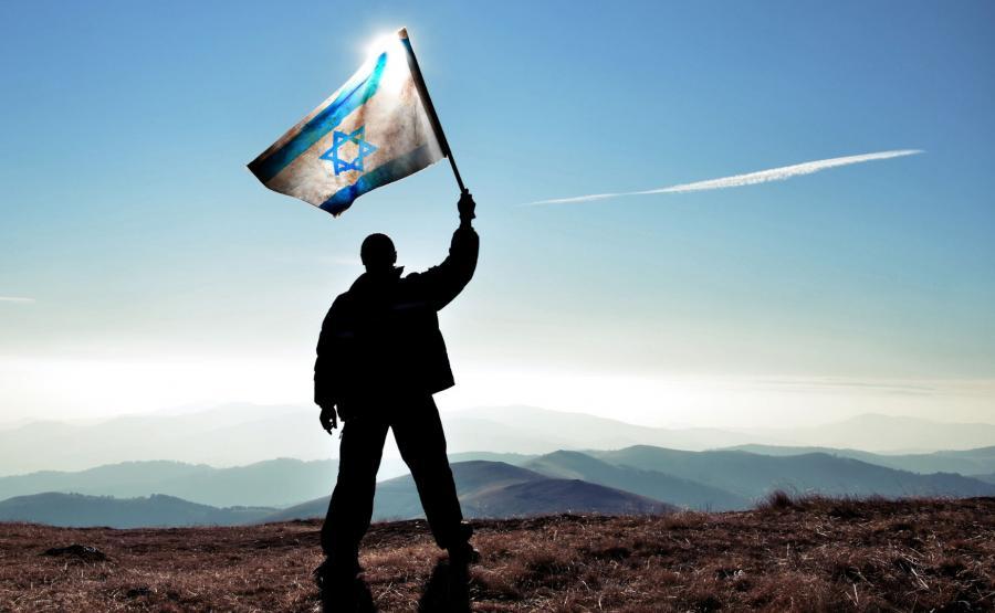 Mężczyzna z flagą Izraela
