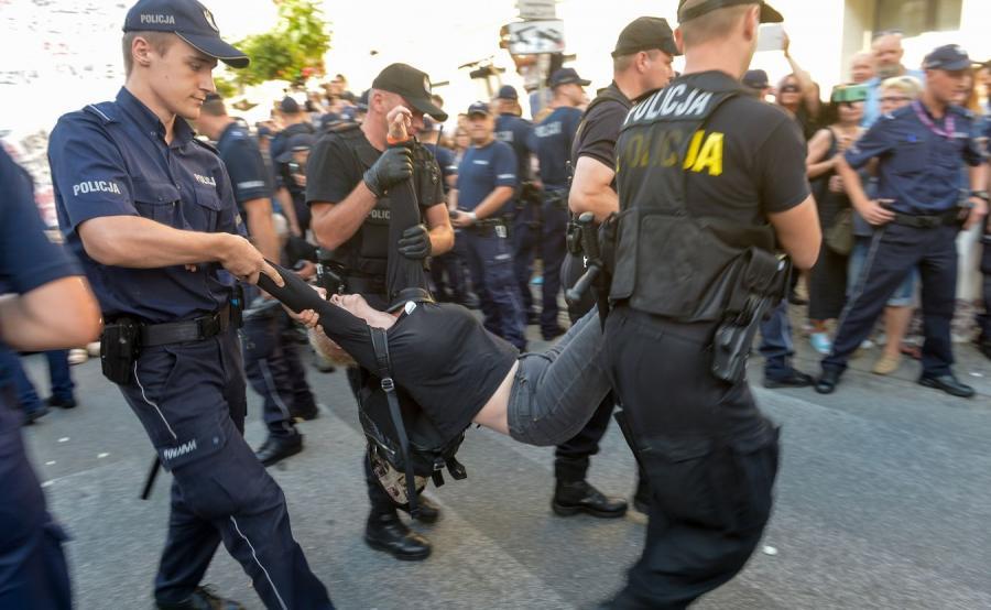 Policja usuwa grupę Obywateli RP, którzy usiłowali zablokować przemarsz Młodzieży Wszechpolskiej