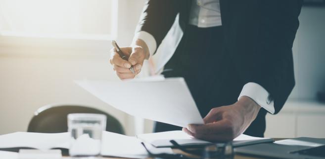 Reprezentacja spółki kapitałowej przez członka jej zarządu jest wyłączona niezależnie od tego, czy można ich uznać za przeciwników procesowych w klasycznym rozumieniu tego pojęcia