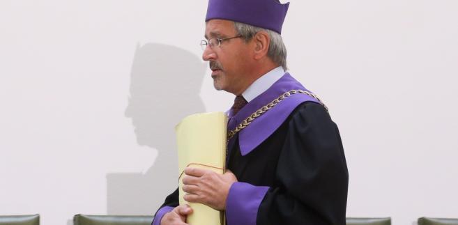 Przewodniczący składu sędziowskiego, sędzia Maciej Pacuda przed ogłoszeniem wyroku